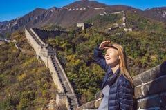 Mujer turística alegre alegre feliz en la Gran Muralla de China que se divierte en la risa sonriente del viaje y que baila durant fotografía de archivo libre de regalías