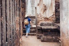 Mujer turística asiática que hace turismo en antiguo del archit tailandés del templo Imágenes de archivo libres de regalías
