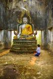 Mujer turística budista que adora la vieja imagen de Buda Foto de archivo