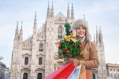Mujer turística con el árbol de navidad y los panieres en Milán Fotos de archivo libres de regalías