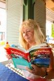Mujer turística con la guía turística de viaje foto de archivo libre de regalías
