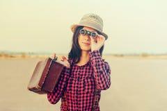 Mujer turística con los prismáticos foto de archivo