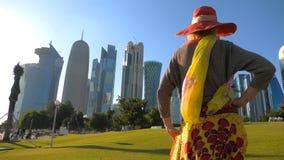 Mujer turística de la bahía del oeste almacen de metraje de vídeo