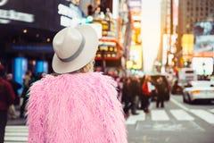 Mujer turística de moda que visita el equipo elegante cuadrado del estilo de la calle del ` s del tiempo de New York City que lle Fotografía de archivo