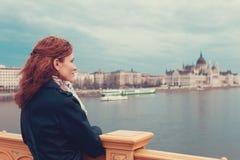 Mujer turística del pelirrojo que disfruta del panorama de Budapest, Hungría fotos de archivo