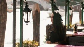 Mujer turística del viaje en café contra hermosa vista en el chanal veneciano en Venecia, Italia almacen de metraje de vídeo