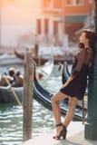 Mujer turística del viaje en el embarcadero contra hermosa vista en el chanal veneciano en Venecia, Italia imagen de archivo libre de regalías