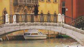 Mujer turística del viaje en Venecia, Italia almacen de video