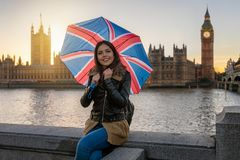 Mujer turística del viajero con los soportes de paraguas británicos delante de Ben Tower grande foto de archivo