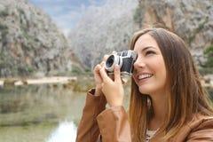Mujer turística del viajero que fotografía un paisaje en la montaña Fotografía de archivo libre de regalías