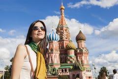 Mujer turística delante de la catedral de la albahaca del St. Imagenes de archivo