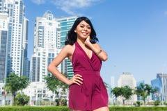 Mujer turística el vacaciones de la ciudad en ciudad Imagenes de archivo