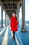 Mujer turística elegante feliz en París que mira en la distancia Foto de archivo libre de regalías