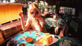Mujer turística en el pueblo del EL almacen de metraje de vídeo
