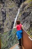 Mujer turística en el punto de vista de Trollstigen en Noruega Fotos de archivo