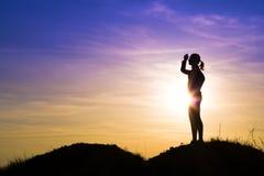 Mujer turística en la puesta del sol. Fotos de archivo libres de regalías