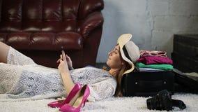 Mujer turística encantadora que usa el teléfono móvil en casa almacen de video