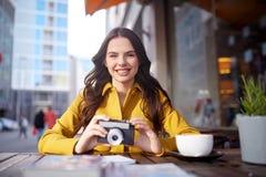 Mujer turística feliz con la cámara en el café de la ciudad Imagen de archivo libre de regalías