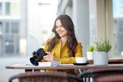 Mujer turística feliz con la cámara en el café de la ciudad Imágenes de archivo libres de regalías
