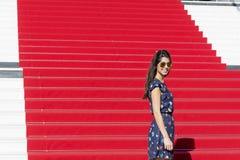 Mujer turística joven en la alfombra roja en Cannes, Francia Stairs de la fama Foto de archivo