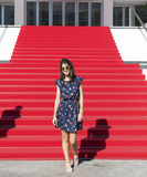 Mujer turística joven en la alfombra roja en Cannes, Francia Stairs de la fama Imágenes de archivo libres de regalías