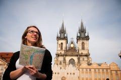 Mujer turística joven hermosa que fotografía sitios en Praga Czec Fotografía de archivo