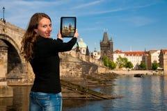 Mujer turística joven hermosa que fotografía sitios en Praga Czec Imagen de archivo