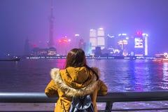 Mujer turística joven que mira la vista de la Federación en Shangai, China imagen de archivo