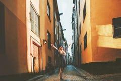 Mujer turística que camina en Estocolmo que goza de las calles viejas fotografía de archivo