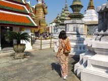 Mujer turística que camina en templo El famoso del templo para Buda Imagen de archivo