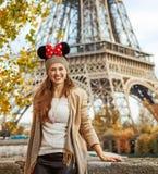 Mujer turística que lleva los oídos de Minnie Mouse en el terraplén en París Imagenes de archivo
