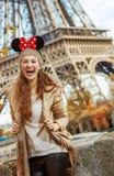 Mujer turística que lleva los oídos de Minnie Mouse en el terraplén en París Fotos de archivo