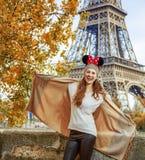 Mujer turística que lleva los oídos de Minnie Mouse que tienen tiempo de la diversión en París Foto de archivo