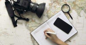 Mujer turística que mira aventura del viaje del planeamiento del mapa del mundo Visión superior almacen de video