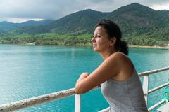 Mujer turística que mira la opinión del mar del barco imagenes de archivo
