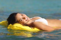 Mujer turística que se baña en un mar tropical Fotos de archivo libres de regalías