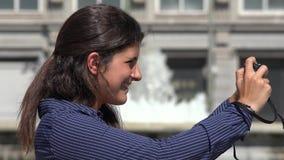 Mujer turística que toma una foto almacen de metraje de vídeo