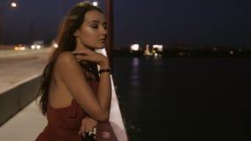 Mujer tur?stica hermosa en ciudad de la noche almacen de video