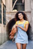 Mujer tur?stica negra joven con el peinado rizado al aire libre imagen de archivo