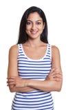 Mujer turca moderna con los brazos cruzados en una camisa rayada Imagen de archivo libre de regalías