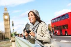 Mujer turística de Londres que hace turismo tomando imágenes Imagen de archivo libre de regalías