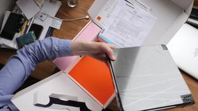 Mujer unboxing el nuevo receptor de la sistema-caja de la TV del movimiento rápido anaranjado del lapso de tiempo de las telecomu almacen de metraje de vídeo
