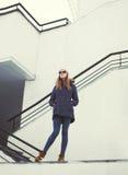 Mujer urbana del inconformista de la moda al aire libre Imagen de archivo