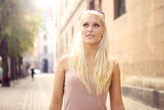 Mujer urbana elegante Imagen de archivo libre de regalías