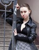 Mujer urbana joven fotografía de archivo libre de regalías