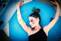 Mujer urbana joven del finess con el maquillaje artístico al aire libre en el CIT Foto de archivo