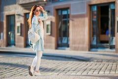 Mujer urbana joven feliz en ciudad europea en las calles viejas El caminar turístico caucásico a lo largo de las calles abandonad Imagenes de archivo