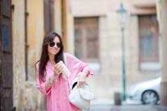 Mujer urbana joven feliz en ciudad europea en las calles viejas El caminar turístico caucásico a lo largo de las calles abandonad Fotografía de archivo