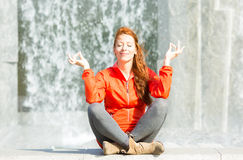Mujer urbana que medita en parque de la ciudad foto de archivo libre de regalías