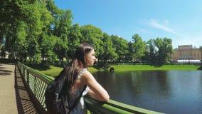 Mujer verde del jardín del verano del parque almacen de metraje de vídeo